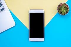 Επίπεδος βάλτε το σχέδιο με το κενό σε ένα έξυπνο τηλέφωνο με το lap-top και τις εγκαταστάσεις μπλε κίτρινος ανασκόπηση&sig Μινιμ Στοκ Εικόνα