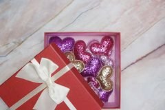 Επίπεδος-βάλτε το υπόβαθρο για την ημέρα του βαλεντίνου, αγάπη, καρδιές, διάστημα αντιγράφων κιβωτίων δώρων στοκ φωτογραφία με δικαίωμα ελεύθερης χρήσης