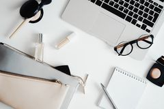 Επίπεδος βάλτε των καλλυντικών, άρωμα, αποτελέστε τον εξοπλισμό, τα γυαλιά, την τσάντα συμπλεκτών, το lap-top και το σημειωματάρι στοκ εικόνες