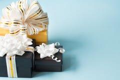 Επίπεδος βάλτε των ρομαντικών δώρων που τυλίγονται και που διακοσμούνται με το τόξο στο μπλε υπόβαθρο με το διάστημα αντιγράφων E στοκ εικόνες με δικαίωμα ελεύθερης χρήσης