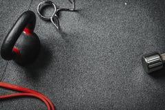 Επίπεδος βάλτε crossfit τον εξοπλισμό γυμναστικής διάστημα αντιγράφων στοκ εικόνες με δικαίωμα ελεύθερης χρήσης