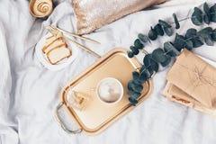 Επίπεδος βάλτε hipster τη σύνθεση Υπόβαθρο Blogger με το σημειωματάριο τεχνών, καφές στοκ φωτογραφίες με δικαίωμα ελεύθερης χρήσης