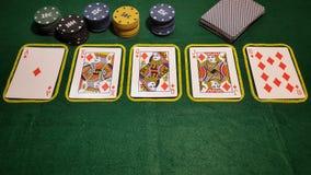 επίπεδος βασιλικός Παιχνίδι επιτραπέζιων πόκερ με τις κάρτες και τα τσιπ πόκερ Στοκ Φωτογραφίες
