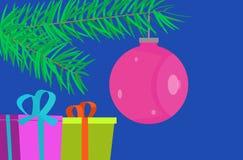 Επίπεδο σχέδιο, κάρτα Χριστουγέννων με το μπιχλιμπίδι και δώρα Στοκ Εικόνα