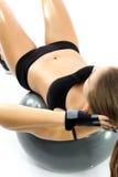 Επίπεδες ασκήσεις στομαχιών στη σφαίρα Στοκ Εικόνες
