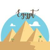 Επίπεδες πυραμίδες σχεδίου της Αιγύπτου Διάσημοι αρχαίοι φοίνικες καμηλών ερήμων Στοκ Φωτογραφία