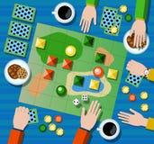Επίπεδη απεικόνιση επιτραπέζιων παιχνιδιών Οικογενειακό επιτραπέζιο παιχνίδι με τα χέρια φορέων ` s Στοκ Φωτογραφία