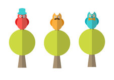 Επίπεδη απεικόνιση των κουκουβαγιών hipster που κάθονται στα δέντρα Στοκ Εικόνες