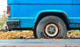 Επίπεδη οπίσθια ρόδα άποψης κινηματογραφήσεων σε πρώτο πλάνο σε ένα αυτοκίνητο Στοκ φωτογραφία με δικαίωμα ελεύθερης χρήσης