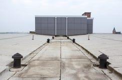 Επίπεδη στέγη με το υλικό κατασκευής σκεπής Στοκ εικόνες με δικαίωμα ελεύθερης χρήσης