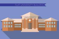 Επίπεδη σύγχρονη διανυσματική απεικόνιση σχεδίου του πανεπιστημιακού εικονιδίου οικοδόμησης, με τη μακριά σκιά στο υπόβαθρο χρώμα Στοκ Φωτογραφίες