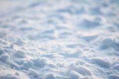 Επίπεδη σύσταση κρουστών πάγου επιφάνειας του φωτός και των σκιών στον τομέα χιονιού Στοκ εικόνες με δικαίωμα ελεύθερης χρήσης