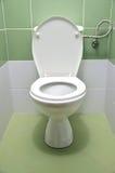 Επίπεδη τουαλέτα με τα άσπρα και πράσινα κεραμίδια στο υπόβαθρο Στοκ φωτογραφία με δικαίωμα ελεύθερης χρήσης
