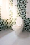 Επίπεδη τουαλέτα στο λουτρό Στοκ φωτογραφία με δικαίωμα ελεύθερης χρήσης
