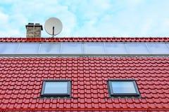 Επίπεδοι ηλιακοί συσσωρευτές σε μια κόκκινη στέγη στοκ εικόνες με δικαίωμα ελεύθερης χρήσης