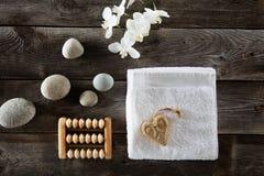 Επίπεδος βάλτε για την έννοια ημέρας βαλεντίνων με το καρδιά-διαμορφωμένο σαπούνι Στοκ εικόνα με δικαίωμα ελεύθερης χρήσης