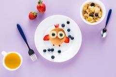 Επίπεδος βάλτε με το δημιουργικά ορισμένο πρόγευμα παιδιών ` s Στοκ φωτογραφία με δικαίωμα ελεύθερης χρήσης