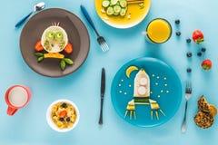 Επίπεδος βάλτε με το δημιουργικά ορισμένο πρόγευμα παιδιών ` s Στοκ Εικόνα