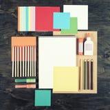 Επίπεδος βάλτε τα εργαλεία και τις προμήθειες γραφείων Τοπ άποψη του υποβάθρου γραφείων Χαρτικά στο ξύλο Επίπεδο σχέδιο του δημιο Στοκ Εικόνες