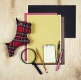 Επίπεδος βάλτε τα εργαλεία και τις προμήθειες γραφείων Υπόβαθρο εκπαίδευσης με τα χαρτικά στο ξύλο Επίπεδο σχέδιο του δημιουργικο Στοκ φωτογραφία με δικαίωμα ελεύθερης χρήσης
