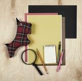 Επίπεδος βάλτε τα εργαλεία και τις προμήθειες γραφείων Υπόβαθρο εκπαίδευσης με τα χαρτικά στο ξύλο Επίπεδο σχέδιο του δημιουργικο Στοκ εικόνες με δικαίωμα ελεύθερης χρήσης