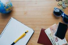 Επίπεδος βάλτε την έννοια ταξιδιού με τα νομίσματα, κάρτες, γυαλιά ηλίου, κινητό pH Στοκ Εικόνες