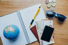 Επίπεδος βάλτε την έννοια ταξιδιού με τα νομίσματα, κάρτες, κινητό τηλέφωνο, σφαίρα α Στοκ φωτογραφία με δικαίωμα ελεύθερης χρήσης