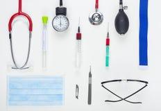 Επίπεδος βάλτε την επίδειξη του ιατρικού και χειρουργικού εξοπλισμού Στοκ Εικόνα