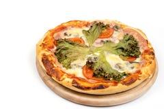 Επίπεδος βάλτε την πίτσα με το μαρούλι και την ντομάτα με το διάστημα αντιγράφων πέρα από το άσπρο υπόβαθρο Στοκ φωτογραφία με δικαίωμα ελεύθερης χρήσης
