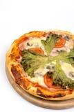 Επίπεδος βάλτε την πίτσα με το μαρούλι και την ντομάτα με το διάστημα αντιγράφων πέρα από το άσπρο υπόβαθρο Στοκ φωτογραφίες με δικαίωμα ελεύθερης χρήσης