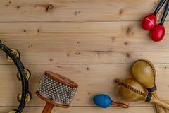 Επίπεδος βάλτε της λατινικής κρούσης στο ξύλινο γραφείο Στοκ Εικόνες