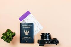 Επίπεδος βάλτε της εκλεκτής ποιότητας ψηφιακής συμπαγούς κάμερας με το επίσημο διαβατήριο της Ταϊλάνδης, το πέρασμα τροφής, και τ Στοκ εικόνα με δικαίωμα ελεύθερης χρήσης