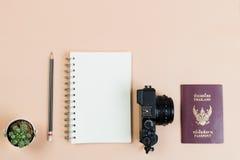 Επίπεδος βάλτε της συμπαγούς κάμερας με το διαβατήριο της Ταϊλάνδης Στοκ φωτογραφίες με δικαίωμα ελεύθερης χρήσης