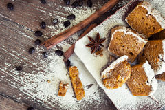 Επίπεδος βάλτε τη σπιτική κολοκύθα - ψωμί κανέλας με τα φασόλια καφέ επάνω στοκ φωτογραφίες