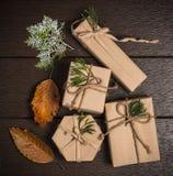 Επίπεδος βάλτε τη φωτογραφία των χειροποίητων κιβωτίων δώρων άνω της σκοτεινής ξύλινης ΤΣΕ Στοκ φωτογραφία με δικαίωμα ελεύθερης χρήσης