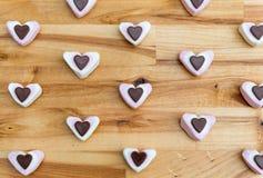 Επίπεδος βάλτε τις καρδιές καραμελών για την ημέρα βαλεντίνων στοκ εικόνες
