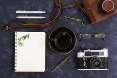 Επίπεδος βάλτε, τοπ επιτραπέζιο γραφείο γραφείων άποψης Χώρος εργασίας γραφείων με την αναδρομική κάμερα, ημερολόγιο, μάνδρα, γυα στοκ φωτογραφίες με δικαίωμα ελεύθερης χρήσης