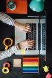 Επίπεδος βάλτε του lap-top στον πίνακα πινάκων κιμωλίας Υπόβαθρο Στοκ Εικόνες
