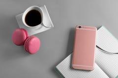 Επίπεδος βάλτε το επιδόρπιο με τον καφέ και το τηλέφωνο και τη σημείωση προτύπων Στοκ φωτογραφία με δικαίωμα ελεύθερης χρήσης