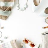 επίπεδος βάλτε το θηλυκό κολάζ ενδυμάτων και εξαρτημάτων με τη ζακέτα, παντελόνι, γυαλιά ηλίου, ρολόι, βραχιόλι, κραγιόν, υψηλό τ Στοκ Εικόνες