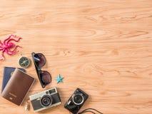 Επίπεδος βάλτε το καλοκαίρι ταξιδιού στο ξύλινο υπόβαθρο στοκ φωτογραφία με δικαίωμα ελεύθερης χρήσης
