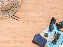 Επίπεδος βάλτε το καλοκαίρι ταξιδιού στο ξύλινο υπόβαθρο στοκ εικόνα
