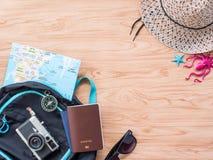 Επίπεδος βάλτε το καλοκαίρι ταξιδιού στο ξύλινο υπόβαθρο στοκ εικόνες με δικαίωμα ελεύθερης χρήσης