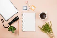Επίπεδος βάλτε το κενά βιβλίο και το μολύβι, ταμπλέτα για την εργασία σχεδίου Στοκ Φωτογραφία