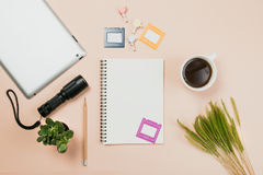 Επίπεδος βάλτε το κενά βιβλίο και το μολύβι, ταμπλέτα για την εργασία σχεδίου Στοκ φωτογραφία με δικαίωμα ελεύθερης χρήσης