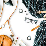 Επίπεδος βάλτε το κολάζ ενδυμάτων και εξαρτημάτων feminini με το μαύρο φόρεμα, γυαλιά, υψηλά παπούτσια τακουνιών, πορτοφόλι, ρολό Στοκ Φωτογραφία
