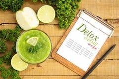 Επίπεδος βάλτε το πράσινο ποτό διατροφής detox με την γκοϋάβα, ασβέστης, σέλινο στο ξύλο Στοκ εικόνες με δικαίωμα ελεύθερης χρήσης