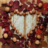 Επίπεδος βάλτε το πλαίσιο υπό μορφή καρδιάς των πορφυρών φύλλων φθινοπώρου, Στοκ Φωτογραφία