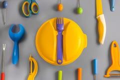 Επίπεδος βάλτε το σύνολο πλαστικών εμπορευμάτων χρώματος Στοκ Φωτογραφία