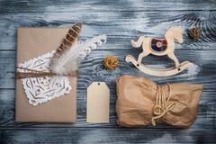 Επίπεδος βάλτε το υπόβαθρο με τα δώρα Χριστουγέννων στοκ φωτογραφίες